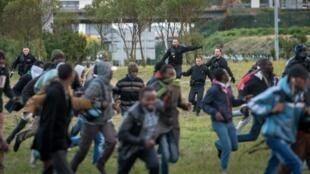 Polisi ikijaribu bila mafanikio kuwakamata wahamiaji wanaojaribu kupita kwenye eneo la barabara za ardhini katika mji wa Calais Jumatano Julai 29.