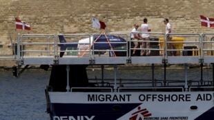 Barco de resgate MV Phoenix, com pessoal da ONG Médicos Sem Fronteiras.