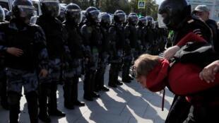 Cảnh sát bắt người biểu tình tại Matxcơva ngày 03/08/2019.