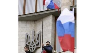 Пророссийские манифестанты водружают российский флаг на здании гор. администрации в Донецке 03/03/2014 (архив)