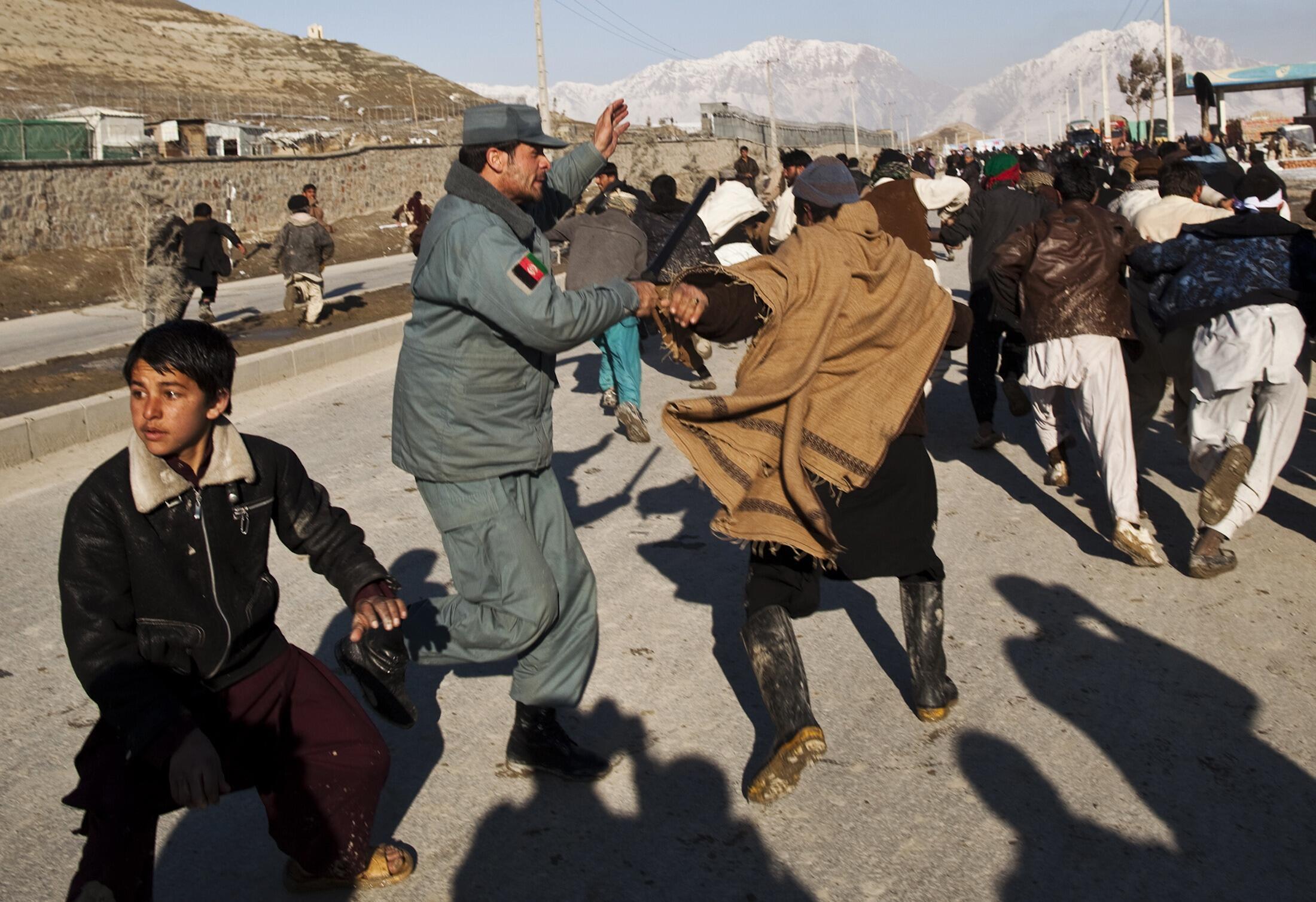 Xung đột giữa cảnh sát và người biểu tình tại Kabul ngày 24/02/2012.