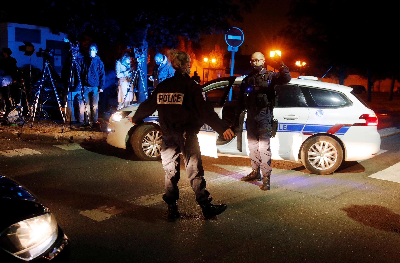 Cảnh sát Pháp bảo vệ khu vực gần trường trung học Bois d'Aulne, ở Conflans-Sainte-Honorine (ngoại ô Paris), Pháp, ngày 16/10/2020.