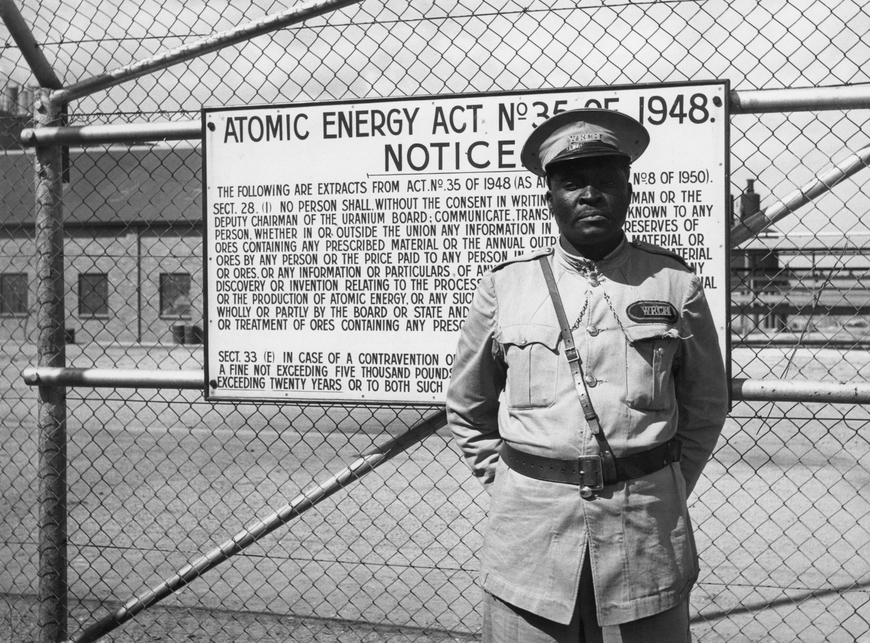 Un gardien devant une mine d'Uranium en Afrique du Sud en 1958.
