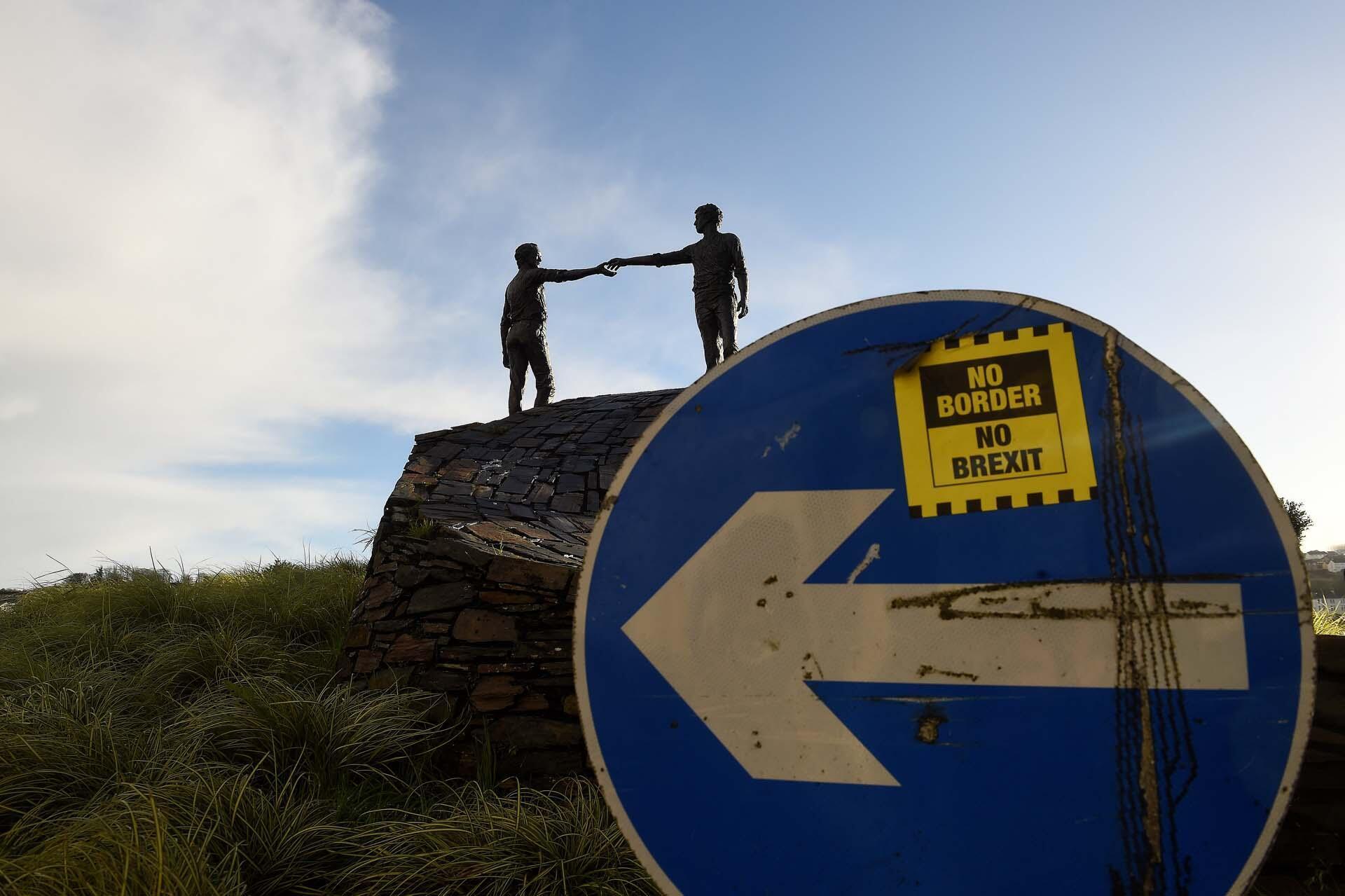 Le slogan «No Border, No Brexit», «Pas de frontière, pas de Brexit» sur un panneau de signalisation devant la statue de la paix «Les mains du fossé» à Londonderry, en Irlande du Nord.