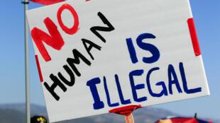 图为美国民众抗议特朗普移民政策的标语牌