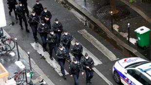 Cảnh sát Pháp lập tức đến hiện trường gần tòa soạn cũ của báo Charlie Hebdo tại Paris sau vụ tấn công bằng dao ngày 25/09/2020.