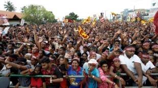 La foule se rassemble pour assister à un meeting de campagne de Gotabaya Rajapaksa, le 13 octobre 2019 à Kadawatha.