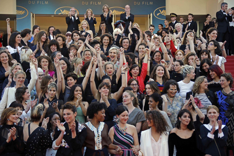 Cien mujeres desfilaron por la alfiombra roja en un acto simbóolico contra la violencia y la discriminación.