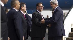 John Kerry en su llegada a El Cairo este domingo