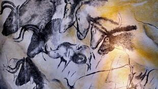 Uma parede da Caverna de Chauvet com pinturas realizadas há cerca de 30 mil anos, até hoje  bem conservadas.