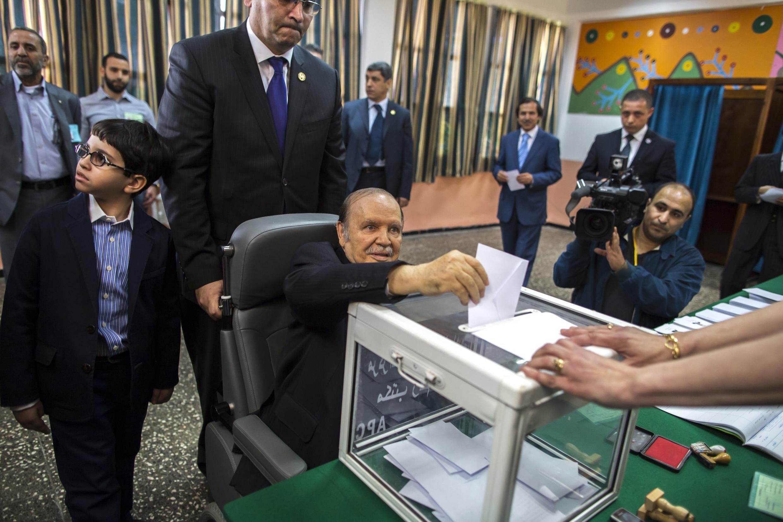Abdelaziz Bouteflika, le 17 avril 2014 dans son bureau de vote à Alger.