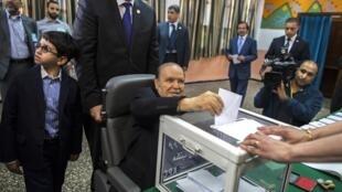 Abdelaziz Bouteflika, le 17 avril 2014, dans son bureau de vote à Alger.