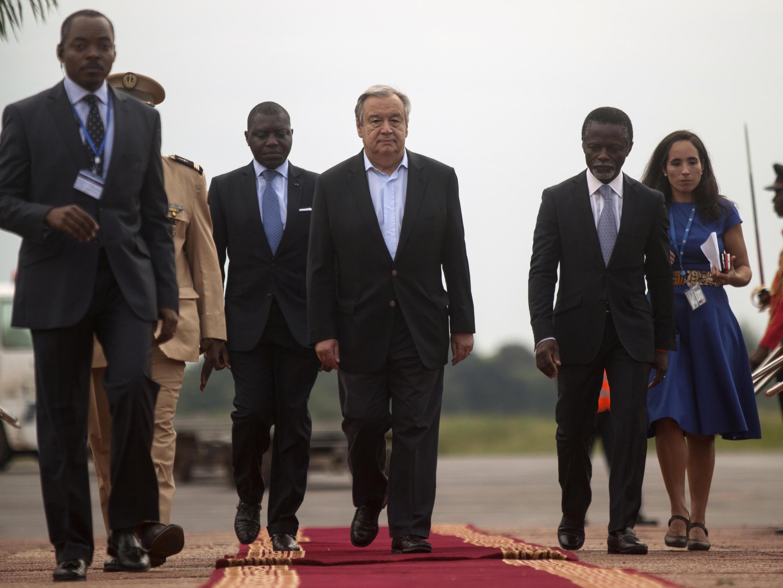 Le secrétaire général des Nations unies Antonio Guterres à son arrivée à l'aéroport de Bangui, le 24 octobre 2017.