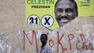Une affiche de campagne de Jude Célestin dans une rue de Port-au-Prince, le 15 janvier 2016.