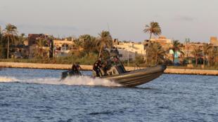 Una lancha militar transporta los cuerpos de las víctimas del naufragio frente a la costa egipcia. 22 septiembre de 2016.