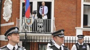 Fundador do Wikileaks discursa na embaixada equatoriana, no dia 19 de setembro