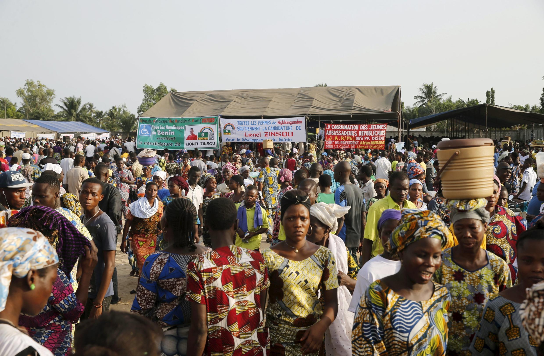 Des partisans de Lionel Zinsou assistent au meeting du Premier ministre béninois, candidat à la présidentielle. Dans le district de Djeffa, près de Cotonou, le 3 mars 2016.