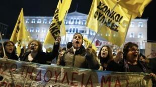 Alors que les députés grecs doivent voter le budget 2015, des habitants manifestent leur mécontentement devant le Parlement, le 7 décembre 2014.