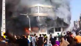 با شدت گرفتن اعتراضات در ایران، مردم معترض به بانکهای برخی از شهرهای ایران حمله کردند و برخی از معترضان نیز شعار «مرگ بر خامنهای» سر دادند.