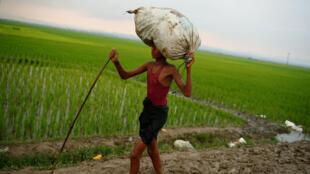 逃离缅甸的罗兴亚人在缅甸和孟加拉之间,2017年9月3号
