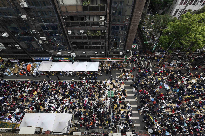 Biểu tình bên ngoài nhà Quốc hội Đài Loan ủng hộ các sinh viên, 21/03/2014.