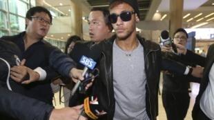 Neymar na chegada ao aeroporto de Incheon, em Seul.