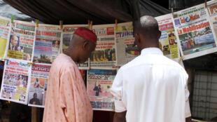 Devant un marchand de journaux de Bamako, ce vendredi 23 mai 2014. Les évènements de Kidal du 21 mai font la Une de tous les médias.