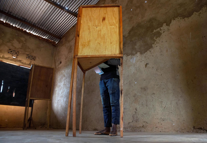 Un électeur burundais dans l'isoloir le 20 mai 2020.