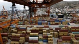Cảng Pirée của Hy Lạp, hiện do Trung Quốc quản lý đến năm 2052, nơi những chuyến tàu container tấp nập đưa hàng đến các nước châu Âu.
