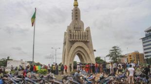 Des personnes réunies autour de la Place de l'Indépendance à Bamako, le 19 août 2020 (image d'illustration).