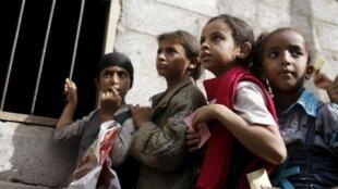 Des fillettes attendent une ration de nourriture devant un centre de distribution alimentaire à Sanaa, la capitale, le 1er juillet 2015.