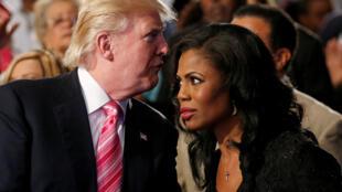 Donald Trump ao lado de Omarosa Manigault durante campanha presidencial.