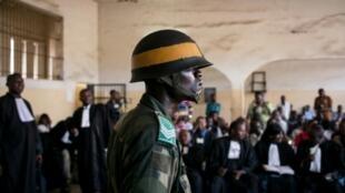 Un soldado monta guardia durante un juicio en la prisión de Makala, en Kinshasa, el 21 de abril de 2015
