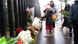 Люди приносят цветы к зданию российского посольства в Париже