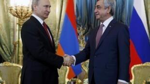 Владимир Путин (слева) и Серж Саргсян на встрече в Кремле, 15 марта 2017.