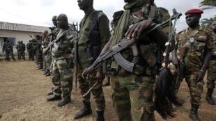 Des soldats des Forces républicaines ivoiriennes lors d'une patrouille à Dabou, le 16 août 2012.