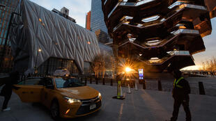 """Los asistentes al concierto llegan el 2 de abril de 2021 al exterior del """"Shed"""", un local en el lado oeste de Manhattan que acogía un concierto por primera vez desde el cierre de los locales en marzo de 2020"""