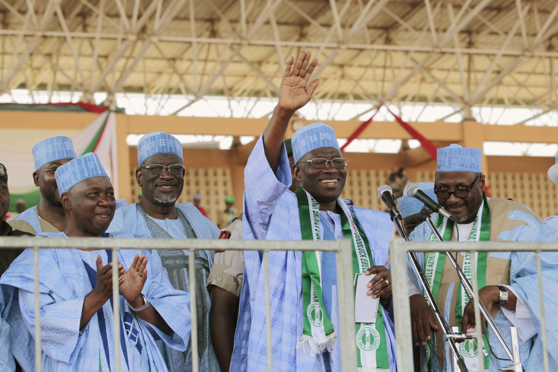 Le président nigérian Goodluck Jonathan (main levée)  en meeting à Gombe ce lundi 2 février 2014.