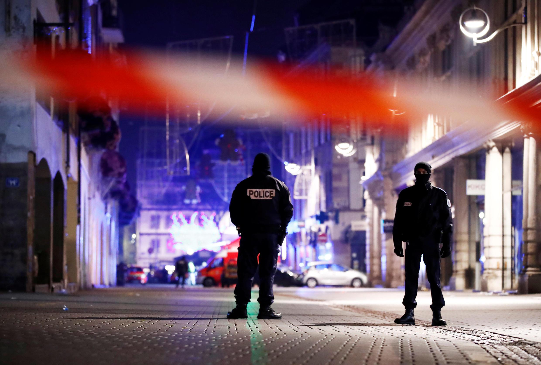 Mercredi 12 décembre 2020 au matin, la police française sécurise une rue dans le centre de Strasbourg après l'attaque de la veille au soir.