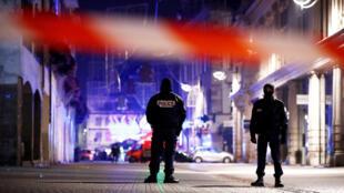 Mercredi 12 décembre au matin, la police française sécurise une rue dans le centre de Strasbourg après l'attaque de mardi soir.