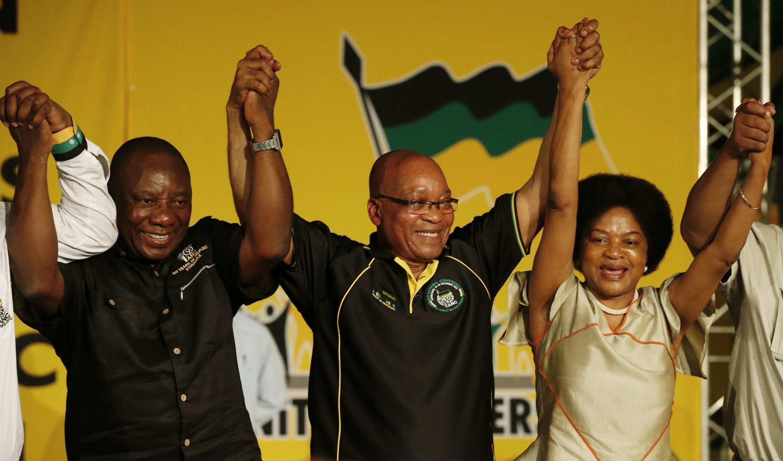Jacob Zuma (centre) et Cyril Ramaphosa (g.), alors désigné vice-président de l'ANC.