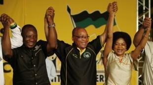 Jacob Zuma célèbre sa victoire. A sa droite, Cyril Ramaphosa, le nouveau vice-président de l'ANC.