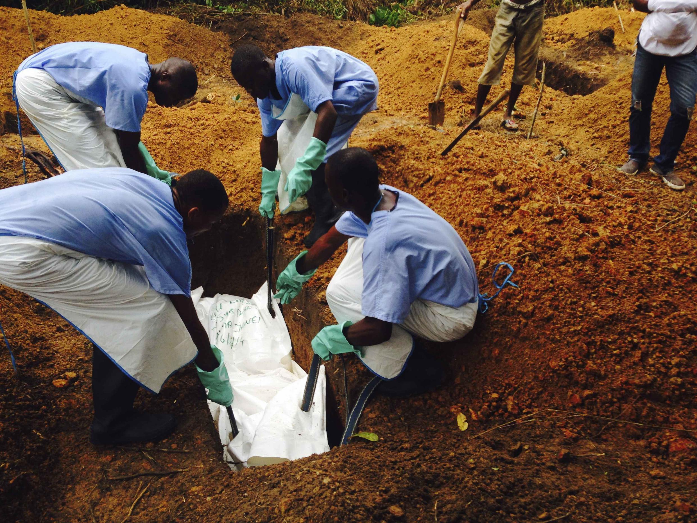 Ana aikin binne wadanda suka kamu da cutar Ebola a kasar Saliyo