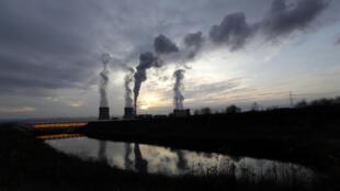 Foto de ilustración: La central eléctrica de Turow, situada junto a la mina de carbón de lignito de Turow, cerca de la ciudad de Bogatynia, Polonia, el martes 19 de noviembre de 2019.