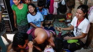 缅甸仰光周六一名中枪身亡的死者家属资料图片