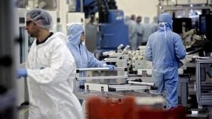 法国最大太阳能电池板制造商Photowatt公司的技术人员正在工作。