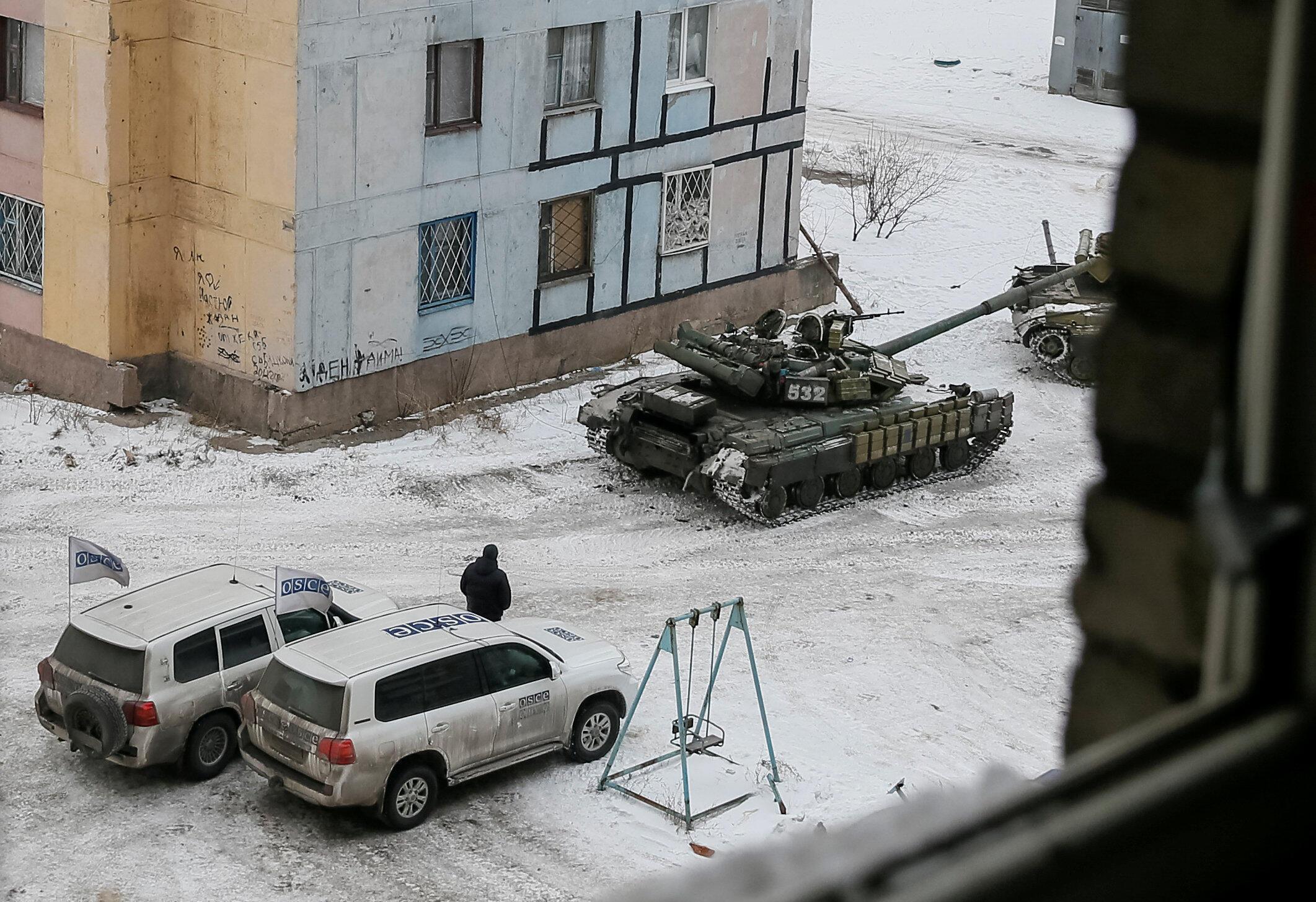 Xe của Tổ chức An ninh và Hợp tác châu Âu ( OSCE ) và xe tăng tại thành phố Avdiyvka, Ukriana, ngày 01/02/2017.