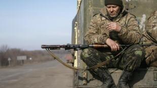 Un soldat ukrainien à Artemivsk, dans la région de Donetsk, le 23 février 2014.
