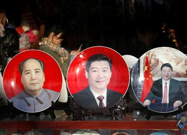 北京一家商店出售的印着毛泽东、习近平头像的纪念品