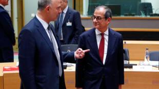 Le commissaire aux Affaires économiques Pierre Moscovici et le ministre italien de l'Économie Giovanni Tria, lors de la rencontre des ministres des Finances de la zone euro, à Bruxelles, le 5 novembre 2018.